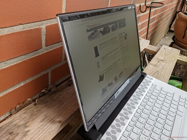 Alienware m15 R4 in uso all'aperto