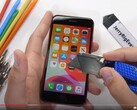 JerryRigEverything alle prese con il display di iPhone SE 2020